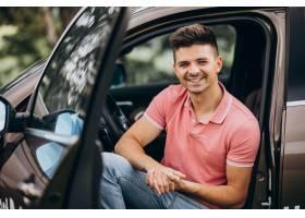 坐在汽车的年轻英俊的人_9320378
