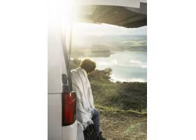 坐的人侧视图在公路旅行时汽车的躯干_12389772