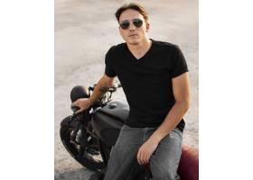 正面看法人坐摩托车_10515669