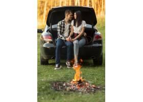 正面看法浪漫夫妇享受在自然的时间_10342987