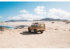 站立在一个狂放的区域的越野汽车由一个小湖_11183844