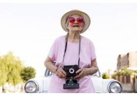 站立在她的汽车旁边的愉快的资深妇女_16188546