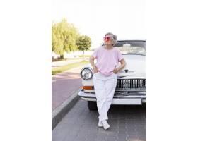 站立在她的汽车旁边的愉快的资深妇女_16188552