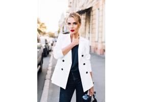 走在城市的画象时装模特儿她正在望着相机_10056046