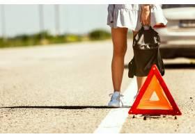 这对年轻夫妇在休息的路上行驶时摔断了车_12837467