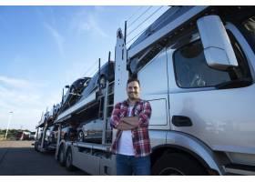 专业微笑的卡车司机画象有运输汽车的横渡的_11451004