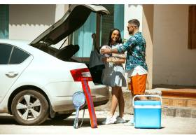 准备在汽车的假期旅行的年轻夫妇在晴天堆_10444912