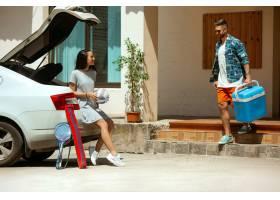 准备在汽车的假期旅行的年轻夫妇在晴天堆_10444915