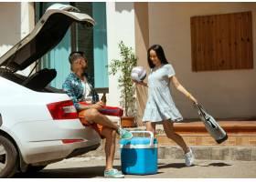 准备在汽车的假期旅行的年轻夫妇在晴天堆_10444920