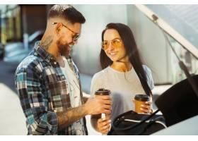 准备在汽车的假期旅行的年轻夫妇在晴天妇_10444926