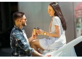 准备在汽车的假期旅行的年轻夫妇在晴天妇_10444929