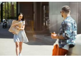 准备在汽车的假期旅行的年轻夫妇在晴天购_10444921