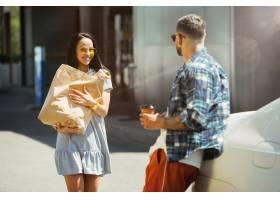 准备在汽车的假期旅行的年轻夫妇在晴天购_11648741