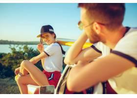 坐和基于海滩的夫妇在河附近的一个夏日白_10426907