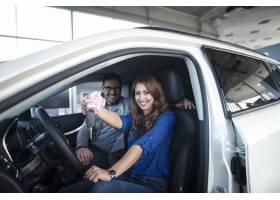 坐在全新的汽车的愉快的夫妇他们只是买了和_11136164