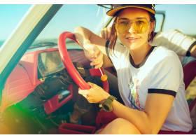 坐在汽车的笑的浪漫夫妇当出在一趟旅行在_12494598