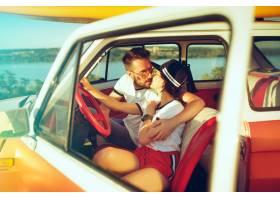 坐在汽车的笑的浪漫夫妇当出在一趟旅行在_12494599