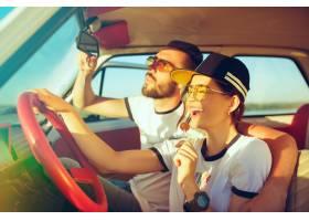 坐在汽车的笑的浪漫夫妇当出在一趟旅行在_12494600