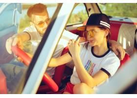 坐在汽车的笑的浪漫夫妇当出在一趟旅行在_12494601
