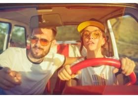 坐在汽车的笑的浪漫夫妇当出在一趟旅行在_12494603