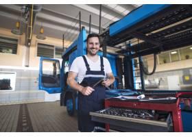 正面微笑的卡车军人画象有支持的卡车车的工_11450999