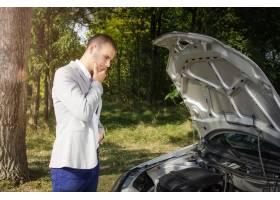 站立在路的人由破的汽车和认为如何修复它_11136094