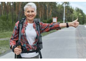 站立在路的积极的穿戴的精力充沛的女性领抚_11102450