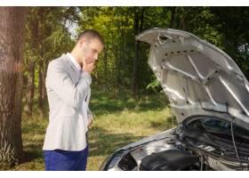 站立由打开的敞篷的人试图修理车辆_11136106