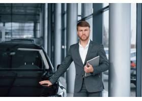 自信的外观现代时尚胡子的商人在汽车轿车_9691073