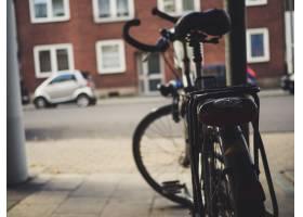 自行车停在街上_11342912