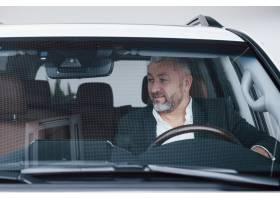 资深商人正面图在他新的现代汽车测试新的功_9147218
