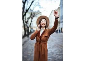 走在街道上的美丽的少妇在温暖的秋天天_9185113