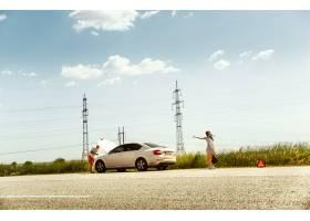 这对年轻夫妇在休息的路上行驶时摔断了车_10444934