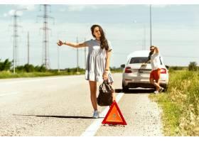 这对年轻夫妇在休息的路上行驶时摔断了车_12265569