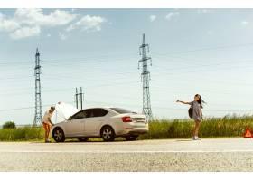这对年轻夫妇在休息的路上行驶时摔断了车_12699688