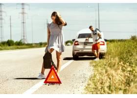 这对年轻夫妇在休息的路上行驶时摔断了车_12699689