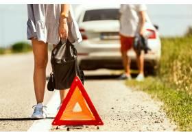 这●对年轻夫妇在休息的路上行驶时≡摔断了车_12699690