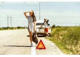 这对年轻夫妇在休息的路上行驶�I时摔断了车_12837465