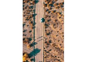 顶上的空中无人机射击了一条狭窄的沙漠路有_7908969