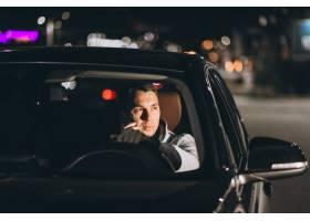 驾时候驶在路的人一辆汽车和谈话在电话_5852196