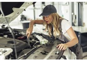 高角度技工女性修理汽车_5851285