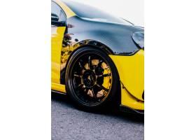 黑色黄色汽车和车轮自动调整_5895970