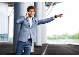 捉住汽车和谈话在电话的年轻红发商人画象_7838492