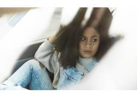 摆在她的汽车里面的非裔美国人的妇女摆在_7511506