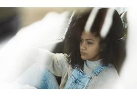 摆在她的汽车里面的非裔美国人的妇女摆在_7511507