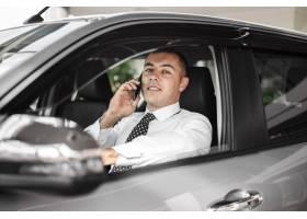 在汽车里面的正面图年轻人谈话在电话_5878403