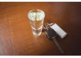 杯龙舌兰酒射击了与汽车钥匙在酒吧柜台_8404634