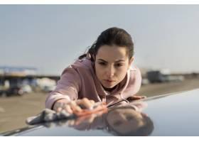 清洁在汽车的前视图妇女敞篷_7763701