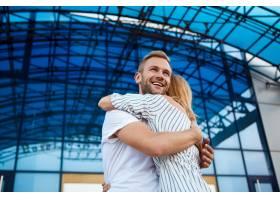 年轻美好的夫妇微笑拥抱走在城市附近_7600157