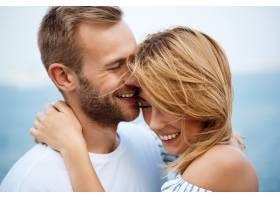 年轻美好的夫妇微笑欣喜海视图_7600057
